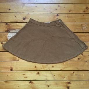 Brun Manchester kjol från American Apparel! Mycket bra skick! Fåtal använd!