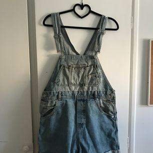 Jeansoverall med shorts använda max 3 ggr så är fortfarande i bra skick! (Priset kan diskuteras)  Kan mötas upp i Göteborg eller frakta då köparen står för frakt