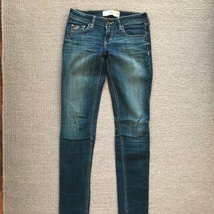 Jeans från Hollister i strl W26 L31. Använda 1-2ggr.