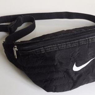 LÅNAD BILD HÄR FRÅN PLICK! Söker exakt en sån här väska från NIKE! Hör av er om ni har!
