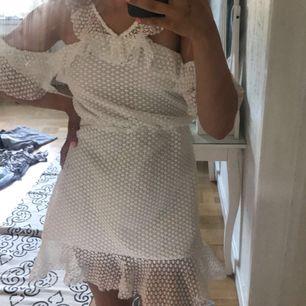 En vit och somrig klänning ifrån Linn ahlborgs kollektion som nu är slutsåld överallt. Använd endast en gång🦋