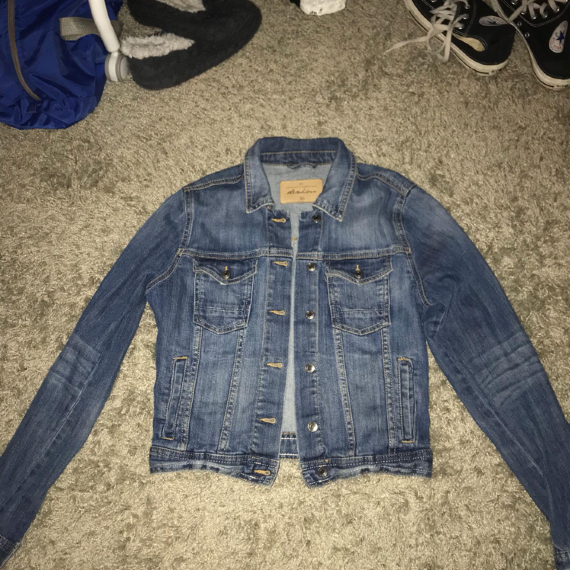 En jeans jacka jag köpt på Lindex för kanske 3 år sen Har aldrig kommit till användning Storlek 36. Jackor.