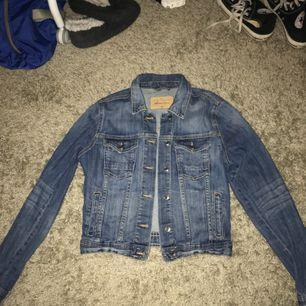 En jeans jacka jag köpt på Lindex för kanske 3 år sen Har aldrig kommit till användning Storlek 36