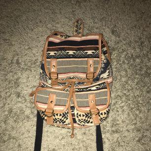 En väska jag använde när jag var mindre men inte kommer till användning längre Den får plats med både dator pärmar etc