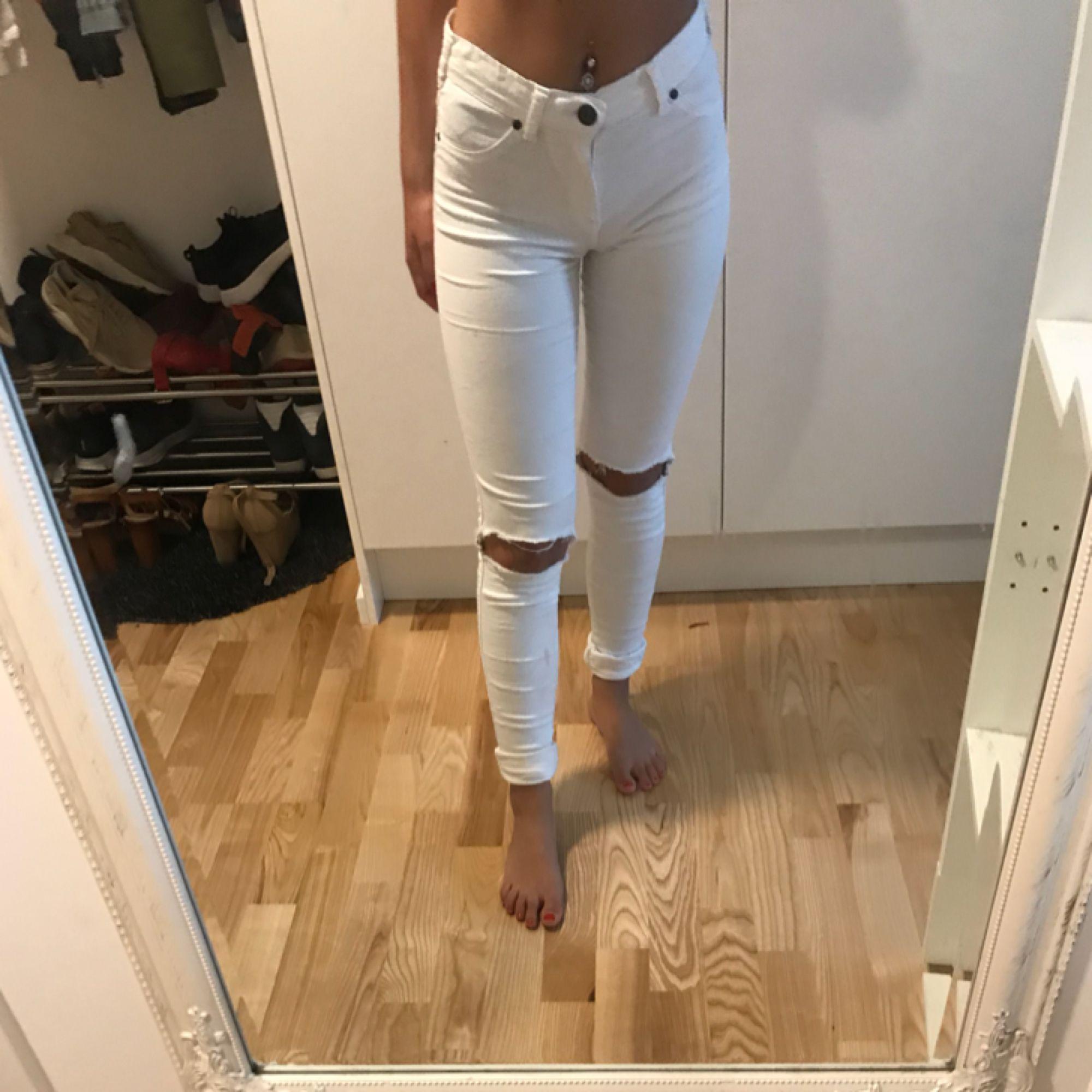 Ett par vita Dr.Denim jeans i modellen Kissy Jg har själv klippt hål på knäna. Jeans & Byxor.