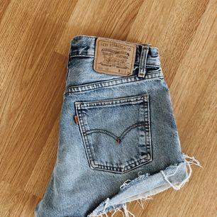 Måste tyvärr sälja mina fina Levis shorts pga att dom är för stora. Perfekt färg med snygg slitning, fint skick! Självklart äkta köpta på NAKD. Står ingen storlek men passar 36/38 lite beroende oå hur man vill att dom ska sitta.