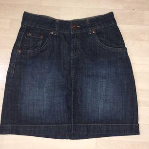 En fin jeanskjol i utmärkt kvalité, säljs pga att den har legat i garderoben utan användning. 200kr+frakt tillkommer. Betalning sker via swish om det önskas. Om du har fler frågor är det bara att kontakta mig! ❤️