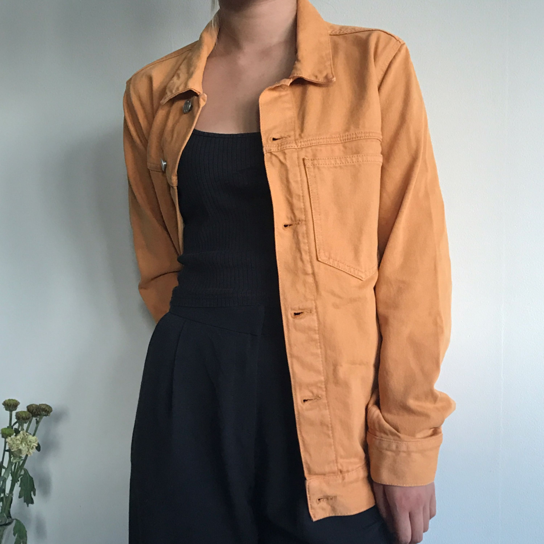 jätte snygg gul jeansjacka från weekday  modell: Core  herr modell men jätte snygg oversized😍 säljer pga att den inte är min stil, den är dessutom aldrig använd!!!  frakten ingår💌 spårbar frakt❤️. Jackor.