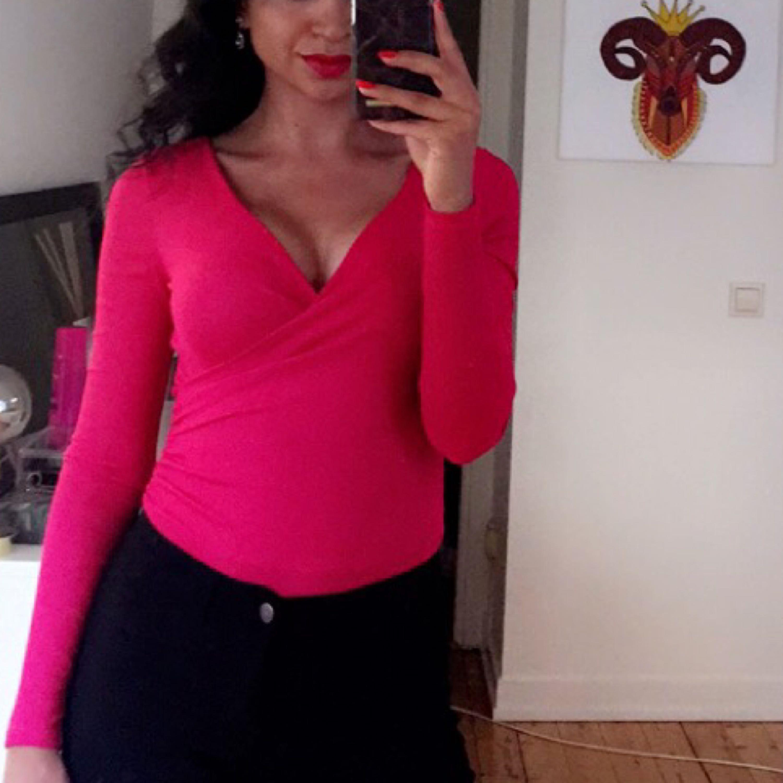 Säljer min body-tröja från Nelly.  Frakt står köparen för. Kan mötas upp i Stockholm. . Toppar.