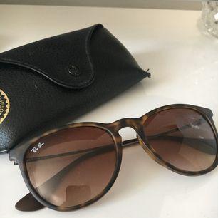 Solglasögon från Ray-ban i modellen Erika. Knappt använda. Nypris ca 1500kr