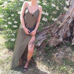 Helt unik balklänning sydd för hand. Olivgrönt sidenliknande tyg. Öppen rygg och slit vid ena benet. Om du befinner dig i Skåne kan klänningen provas innan köp. Hoppas verkligen någon kan få samma glädje utav den som jag fått!