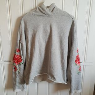 Snygg oversize hoodie från H&M med vida ärmar och broderier på ärmar och luva. Nästan aldrig använd så den är i superfint skick! 60kr+frakt
