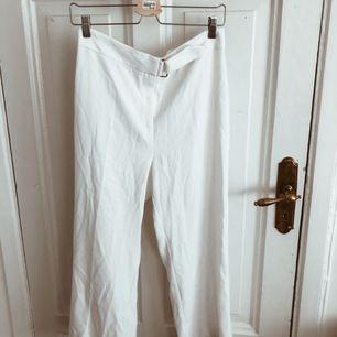 Vita kostymbyxor från RIVER ISLAND, med gulddetaljer. Använda 1 gång.