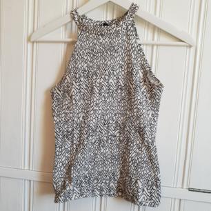 Snyggt linne med hög hals från Bikbok! Säljs på grund av att jag inte kan ha XS längre 🙈 20kr+frakt