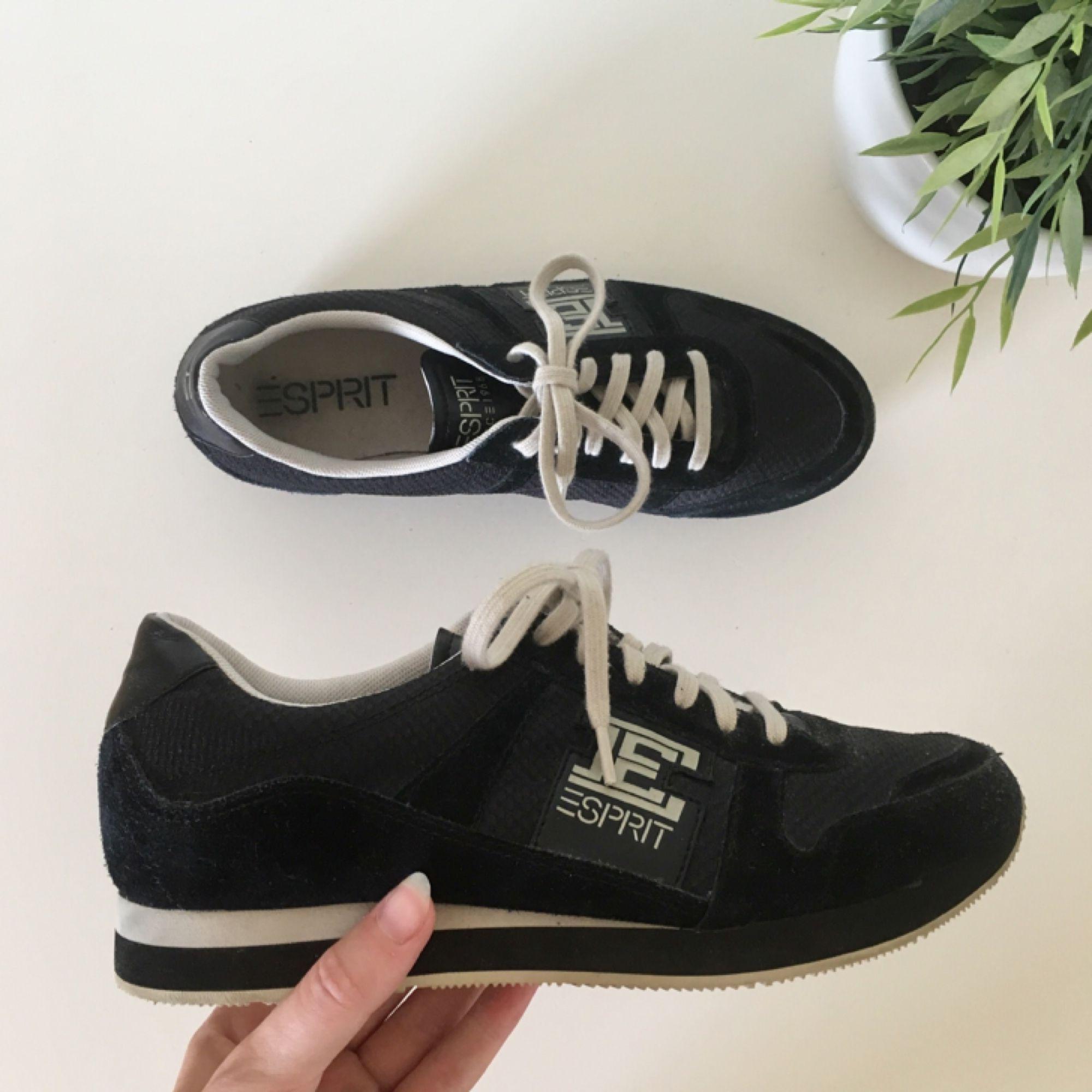 Helt nya skor från Esprit. Tycker själv de är väldigt snygga men de har aldrig kommit till användning då jag har flera liknande ~ frakt 70kr. Skor.