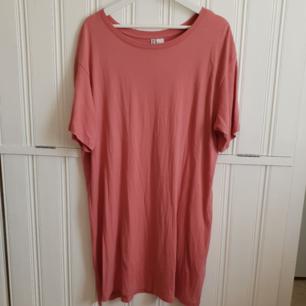 Superhärlig, skön klänning som är perfekt att dra på sig under sommaren! Jag har small/medium i vanliga fall och denna sitter snyggt oversized på mig. 40kr+frakt