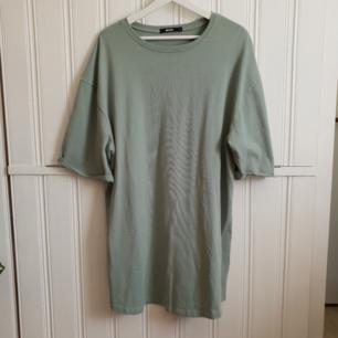 Sjukt cool oversized mintgrön klänning från Bikbok. Perfekt nu till sommaren!