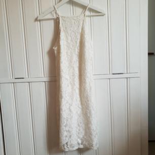 Superfin vit klänning som inte gör sig rättvis på bild. Mycket finare i verkligheten! Köptes till studenten men denna var för liten till mig så denna är helt oanvänd! Köptes ny för ca 250-300kr. 150kr+frakt