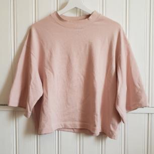Riktigt snygg och cool oversized t-shirt från Lindex. Väldigt fint skick! 60kr+frakt