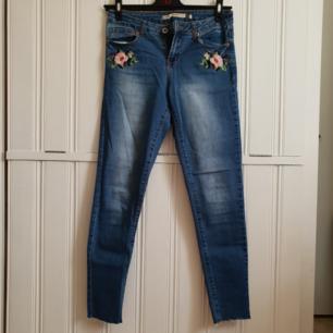 Jättefina jeans med broderier och lite slitage längst ner har nu blivit för små för mig. Står 38 i men är mer som 36. Använda högst 1 gång! 60kr+frakt