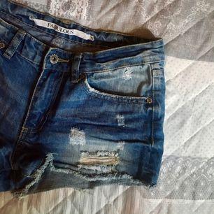 Säljer dessa supersnygga jeansshorts med hål och slitningar på ifrån Fabulous/Lager 157. Jätte sköna och i gott skick! Små i storleken! 💕