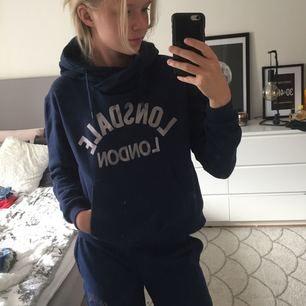 Marin blå hoodie, super mysig. Tar swisch  Säljer även matchande mjukis!