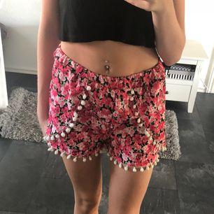 Fina shorts med små pompoms runt om.