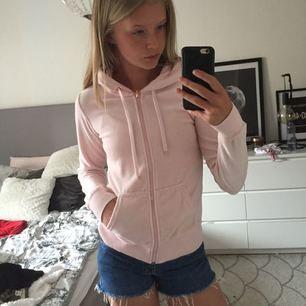 Ljus rosa tröja med dragkedja från Cubus, lite använd Tar swish