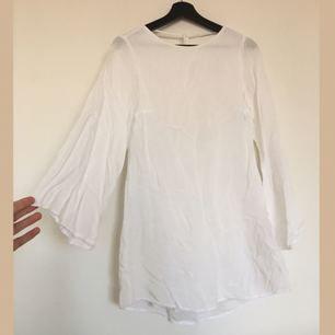 Vit klänning i jätteskönt tyg. Öppen rygg. Den slutar en liten bit nedanför rumpan. Finns någon liten fläck på men de går bort i tvätten! Frakt tillkommer på 30kr🌸✨☀️
