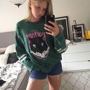 Grön sweatshirt med en grå tiger på från Ginatricot. Storlek m men passar en s om man vill ha lite mer oversize. Tar swish