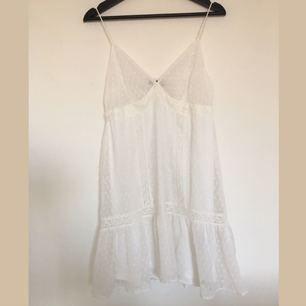 Jättefin klänning i tunt skönt material. Slutar en liten bit nedanför rumpan. Frakt tillkommer på 30kr✨