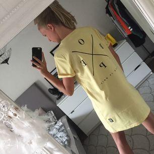 Gul T-shirt klänning från märket dope. Köpte kläningen från ridestore för inte så länge sedan,säljer pågrund av ångrat köp! Tar swish