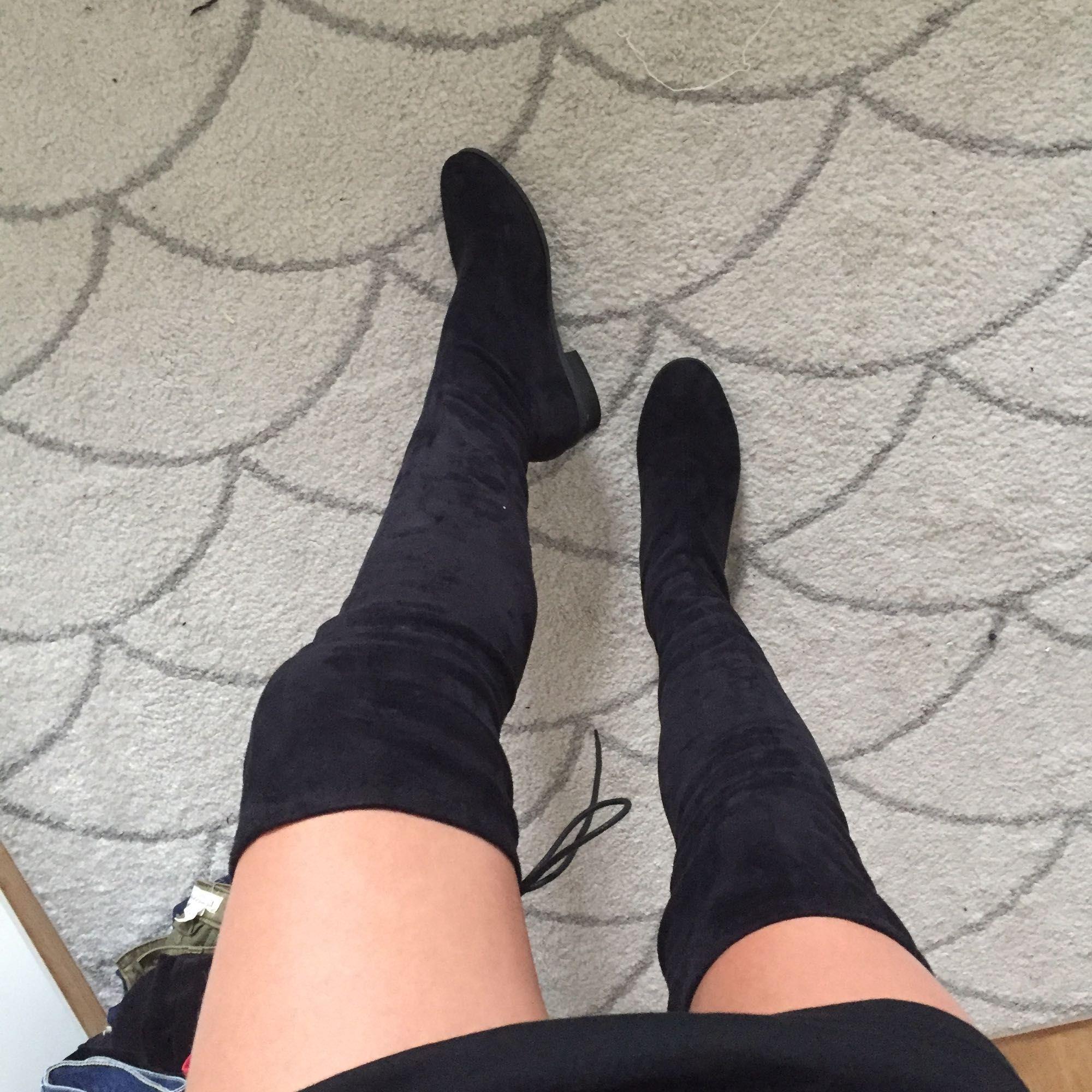 2e376f81e77 Svarta Overknee boots i Fake mocka från Nelly, storlek 38 men skulle säga  att de ...
