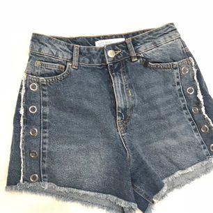 Skygga jeans shorts från Zara Endas använda en gån och säljer då de va fel storlek. ☺️pris kan diskuteras vid snabba afär🙂 Frakt 15kr eller möts upp i Stockholm  Kolla gärna in mina andra annonser 😘