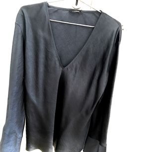 Säljer en helt oanvänd blus i siden från J Lindeberg. Mörkblå och med krackelerat sidenmönster. Storlek 38. Nypris 1999 kr.