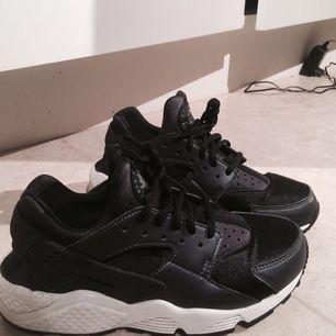 Säljer nu mina svart/vita Nike (AIR HUARACHE RUN) som är i storlek 38 (väldigt tajta & små vilket gör att dom är exakt som 37) Nypris-1195kr, mitt pris- 400kr. Skorna är sparsamt använda & i bra skick. Priset kan diskuteras