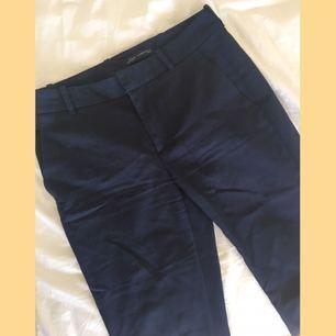 Mörk blå kostymbyxor från zara. I använt skick men såklart fina fortfarande. Frakt tillkommer på 20kr ☀️