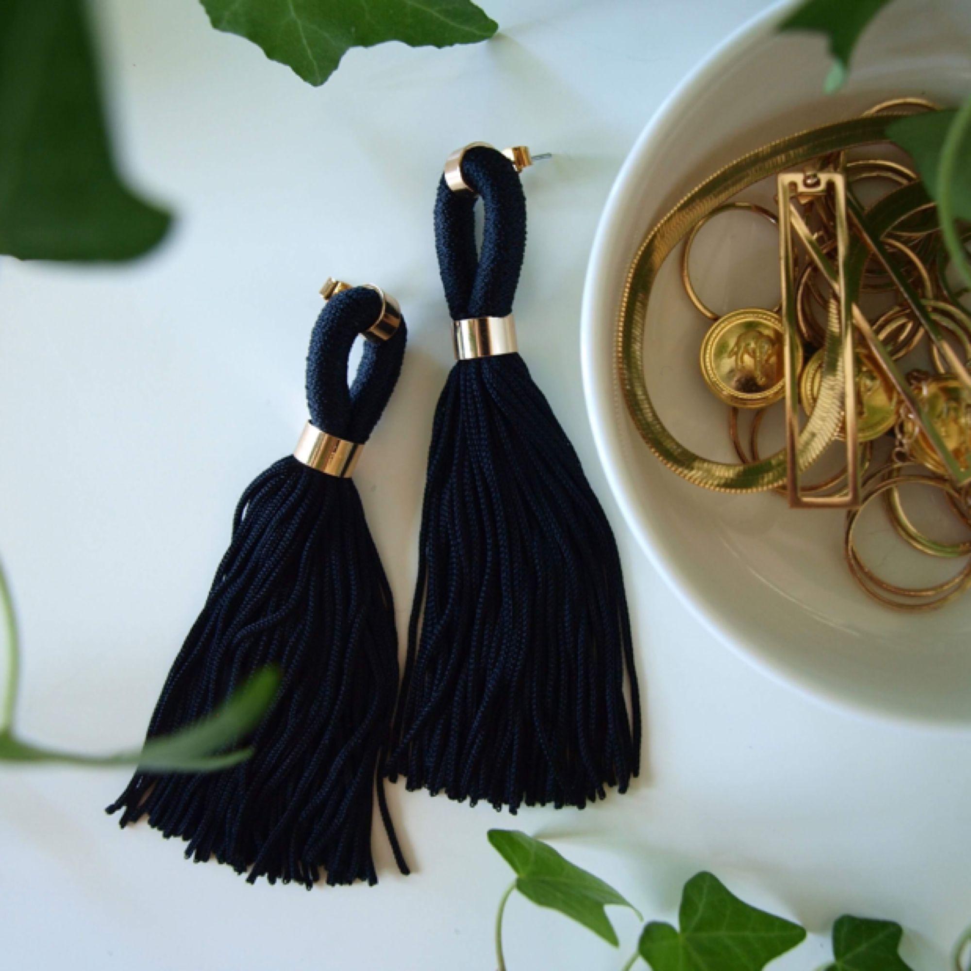 Svarta tassle-örhängen med gulddetalj.  Frakt tilkommer. Går att lägga ihop flera artiklar för samma frakt!. Accessoarer.