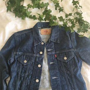 Levi's jeansjacka i dark wash.  Säljs då den är för liten för mig och passar snarare XS än S.  Frakt tillkommer