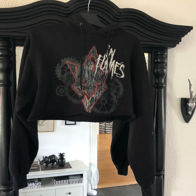 Avklippt inflames tröja passar XS-S-M beror på hur man vill den ska sitta (jag är en XS). Huvtröjor & Träningströjor.