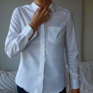 Snygg stilren vit skjorta. Knappt använd. Frakten ligger på 29kr. Tar swish!