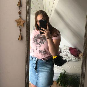 Jättefin rosa t-shirt, köpt på JC för ett år sedan men har aldrig kommit till användning! Priset är inklusive frakt. Tar endast swish!