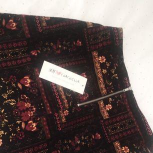 En mönstrad kjol som aldrig kommit till användning, köpt i storlek 38 och var köpt för 199 kronor!