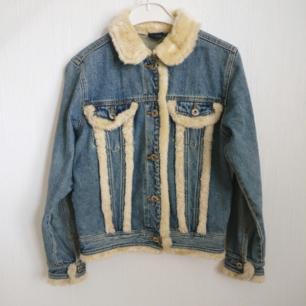 Vintage jeansjacka med fluff 🐑 i mycket bra skick. Framfickorna går att öppna. Fri frakt 💌 OBS har ej fluff på insidan!