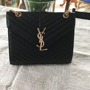 Väldigt fin oäkta Ysl väska som använd försiktigt, har många väskor behöver sälja av några jag inte använder så därav blir det denna som får hitta en annan ägare... köparen betalar frakt ..
