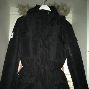 Säljer en svart Cross Sportswear parkas vinterjacka i storlek S. Använt bara 1 säsong, helt ny. Ursprungliga priset; 2000kr, säljer för 800kr.