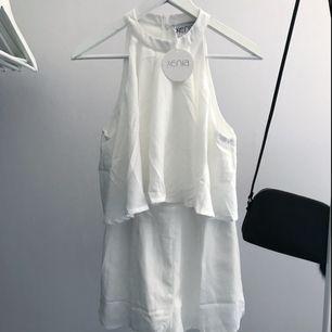 Jättefin vit playsuit från Xenia Boutique, prislapp kvar! Aldrig använd då den är lite liten för mig😊 30kr + ev frakt 🌸