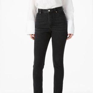 """Skit snygga mom jeans från Monki, använd ett fåtal gånger, bra skick. Har klippt av benen då de var väldigt långa och för en mer """"edgy"""" look, och även gjort en slitning på en bakficka.  Storlek 26/27."""