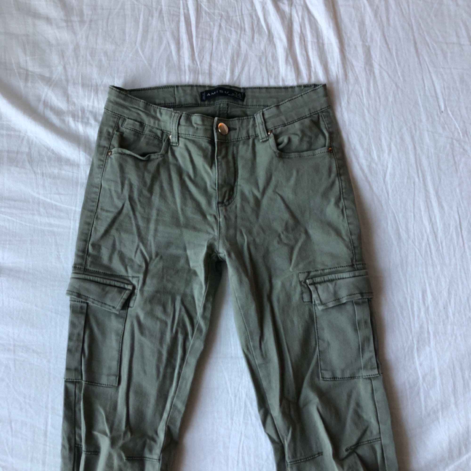 d3dbeffb2 Gröna cargo pants med fickor på sidan av benet. 80kr köparen står för frakt  ...
