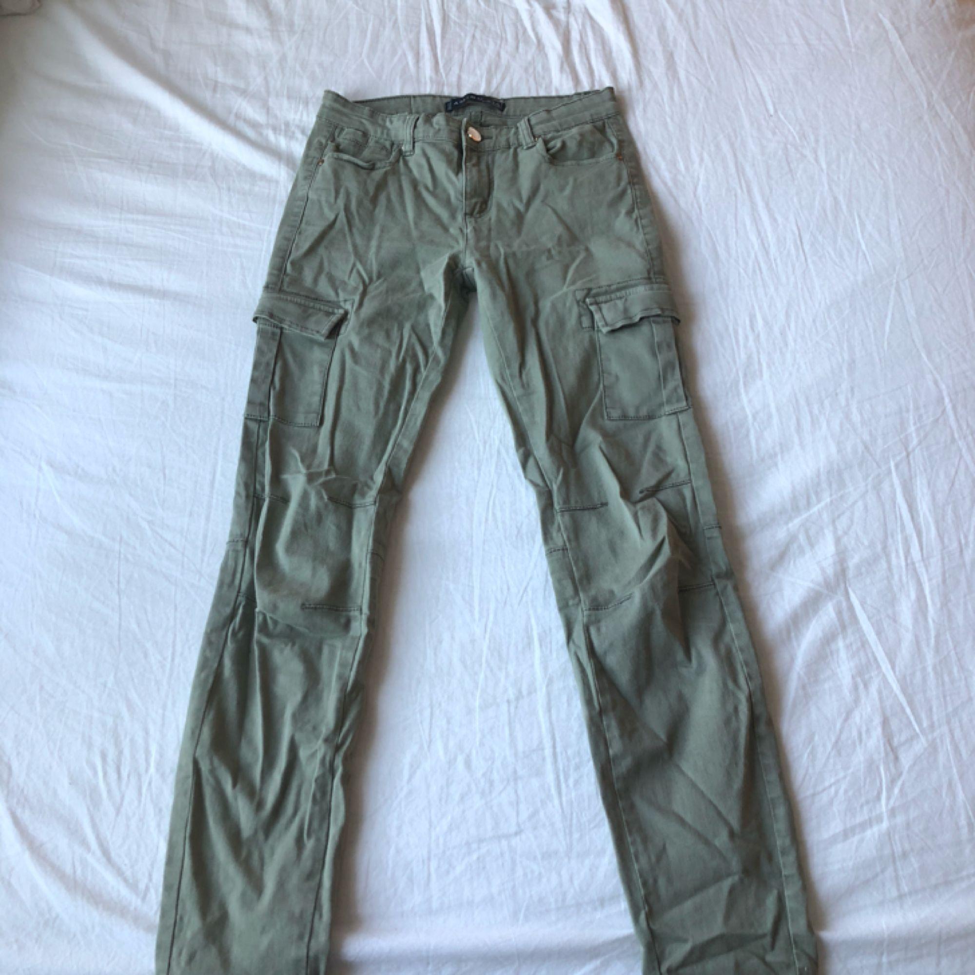 cd0d01f96 ... Gröna cargo pants med fickor på sidan av benet. 80kr köparen står för  frakt ...